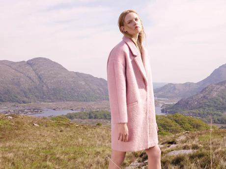 Entre los 30 abrigos de temporada que no te puedes perder están todos los que sean de color rosa bebé, un imprescindible en el armario de este otoño-invierno, como este de Primark.