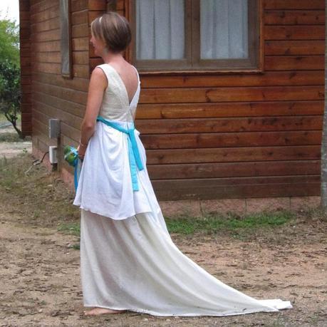 La cola larga (y fácil de descolgar) del vestido.