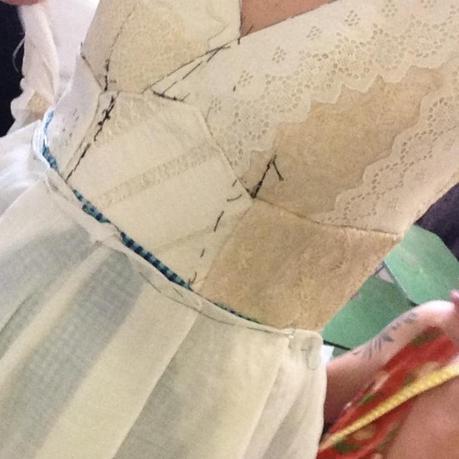Detalles del corpiño del vestido de novia minimalista