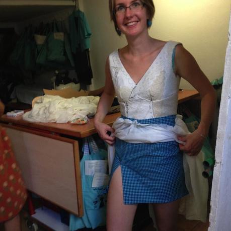 El forro del vestido corto, para dar un toque de color. Detrás sigue el bolsillo de la camisa original para guardar cositas.