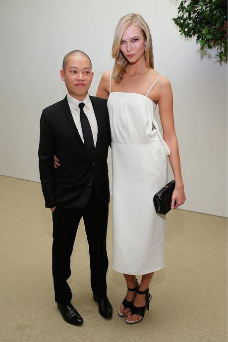 Jason Wu y la modelo Karlie Kloss, con uno de sus vestidos de la colección de primavera 2015, en laos premios CFDA/Vogue.