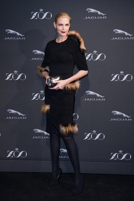Nadja Auermann, con vestido negro y clutch metalizado de la colección otoño-invierno 2014 de Fendi.
