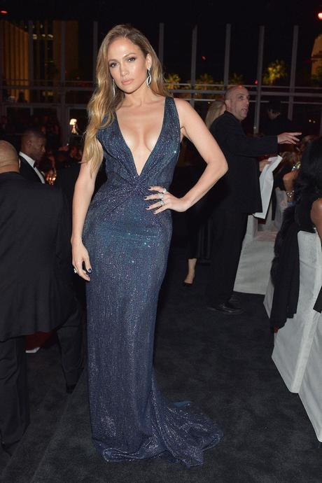 Jennifer López, con súper escote en V, de Gucci.
