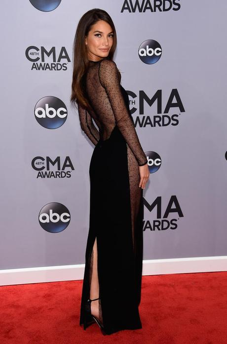 Lily Aldrige, con vestido largo con mangas, en seda y tul de color negro, de Calvin Klein Collection en la 48ª edición de los Country Music Association Awards, que tuvieron lugar anoche en el  Bridgestone Arena en Nashville, Tennessee. (Imagen: © 2014 Larry Busacca/Getty Images Entertainment).