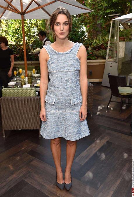Keira Knightley, con vestido corto sin mangas de tweed azul de la colección Primavera Verano 2015 de Chanel, en el brunch de la película