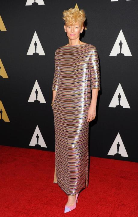 La actriz Tilda Swinton, con vestido de chifón de seda bordado con rayas de micro-pailletes de la colección Alta Costura PV14 de Schiaparelli, en la alfombra roja de los 'Academy of Motion Picture Arts and Sciences' Governors Awards en Los Angeles.