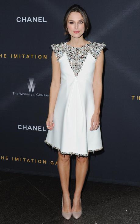 De nuevo Keira Knightley y de nuevo de Chanel, con un vestido trapecio de neopreno y organza bordado con piedras plateadas, rosa palo y transparentes, de la colección Alta Costura Otoño Invierno 2014/15, para asistir al estreno de la película