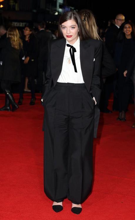 La cantautora neozelandesa Lorde con esmoquin negro de lana con solapas y camisa de seda, de la colección Alta Costura OI14-15 de Schiaparelli, para asistir al estreno mundial de Los Juegos del Hambre: Sinsajo parte I.