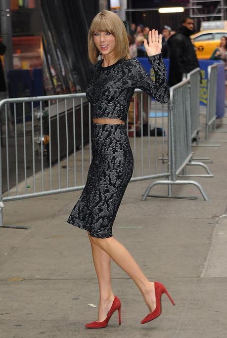 Taylor Swift, con top de manga larga y falda de  jacquard de la colección Resort 2015, diseñado por Francisco Costa para Calvin Klein Collection, y salones rojos de Stuart Weitzman, a su llegada al programa Good Morning America (© 2014 Splash News).