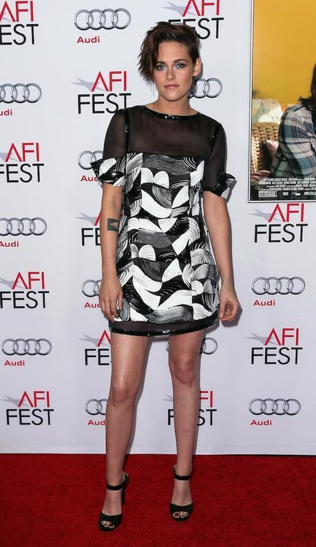 Kristen Stewart, con vestido corto de organza negro y blanco de la colección Primavera Verano 2015 de Chanel, en el estreno de la película