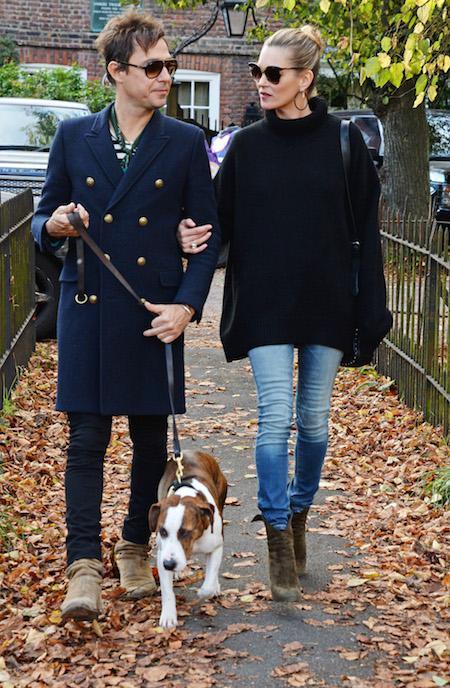 Kate Moss (con Jamie Hince) paseando por Londres, con un look sencillo de jersey negro, botines y pitillos de la nueva línea Replay Hyperflex. (Imagen: Mark Boland).