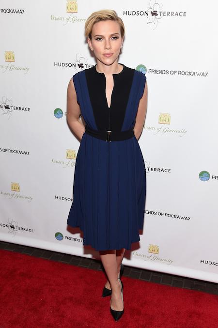 Scarlett Johansson con un vestido bicolor azul y negro de Proenza Schouler, de la colección SS15, en la gala anual de recaudación de fondos por el huracán Sandy, celebrada en Nueva York.