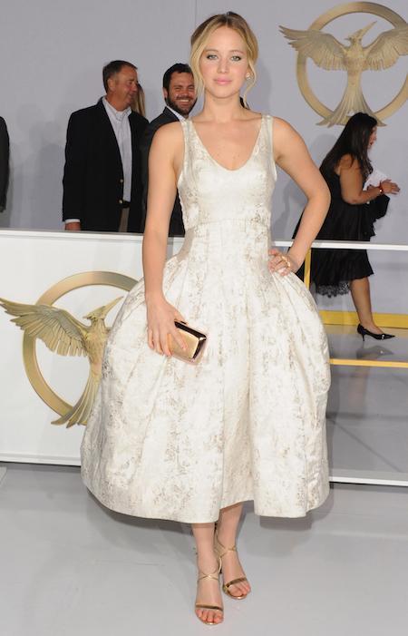 Jennifer Lawrence, con vestido de Costura otoño 2014 de Dior, de seda en jacquard plateado y clutch de Roger Vivier, en la première de Los Juegos del Hambre: Sinsajo parte 1 en el teatro Nokia de Los Ángeles.