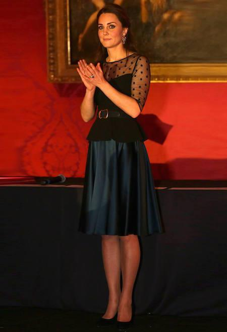 La duquesa de Cambrige, en la recepción de los premios The Place2B Wellbeing Schools, con falda de seda de la colección de otoño invierno 2013 de una de sus firmas fetiches, Jenny Packham.
