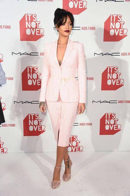 Rihanna, all in pink, con vestido de Spring Summer 2015 de Altuzarra, en un evento de MAC Cosmetics.