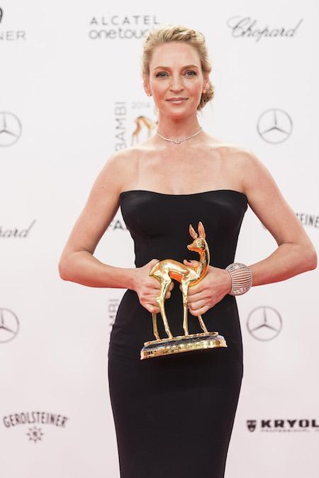 Uma Thurman, con su premio Bambi como Mejor Actriz Internacional, luce tipazo a sus 44 con un vestido negro de Atelier Versace y pendientes, collar y brazalete de oro blanco y diamantes de Chopard (©Alexandra Pauli)
