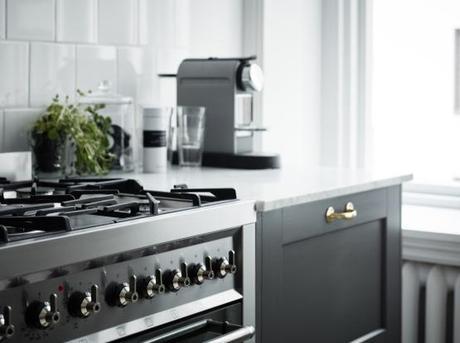 Elegante cocina de madera gris y encimera de m rmol for Encimera marmol gris