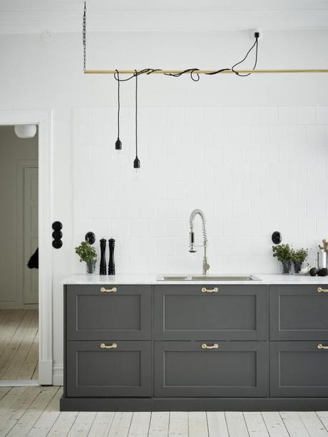 elegante cocina de madera gris y encimera de mrmol