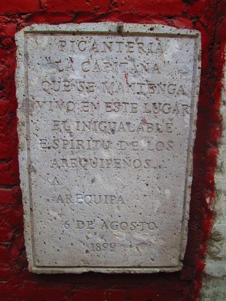 Inscripción en la entrada de la picantería La Capitana de Arequipa