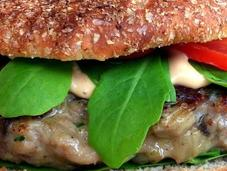 Hamburguesa champiñones, queso cabra rúcula