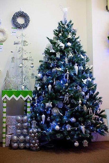 Arboles de navidad en azules y morados paperblog for Departamentos decorados para navidad