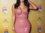 Kardashian rezaba para crecieran pechos