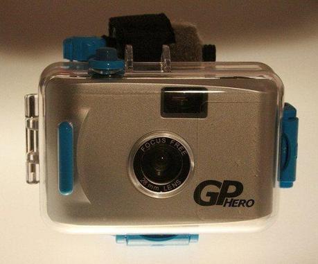 En 2004, Nick Woodman crea una empresa en California para comercializar una nueva cámara de fotos para los amantes del surf. Esta cámara llevaba una carcasa protectora para hacerla sumergible y se ajustaba a la muñeca. El nombre de esta empresa era GoPro.