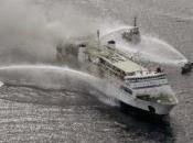 Atenas, barco incendia personas dentro