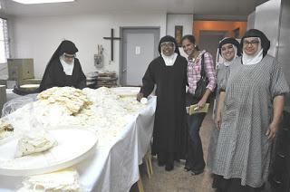 Monjas preparan hostias en oración