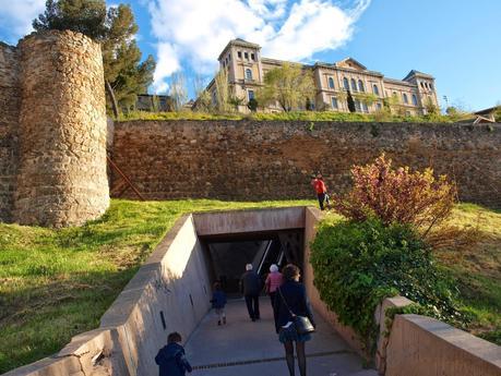 Paseo dominical por las callejuelas de toledo subida por for Escaleras toledo
