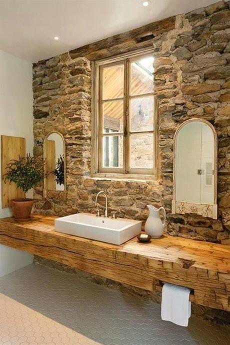 Baños Ambiente Rustico:principal de piedra junto con el techo de madera crean el ambiente