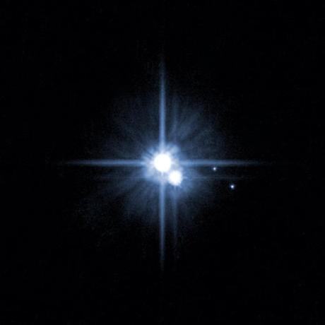 Plutón y Caronte junto con las lunas Hidra y Nix. Imagen cortesía de HST...