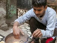 Joven indio soporta hasta 11.000 voltios través cuerpo