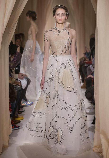 51848e0dd Vestido de novia de Valentino con mensajes de amor para novias románticas