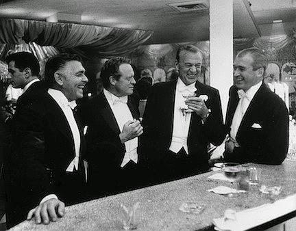 Kings of Holliwood: Clark Gable, Van Heflin, Gary Cooper, y James Stewart en el Romanoff's de Beverly HIlls, 1957. Foto de Slim Aarons