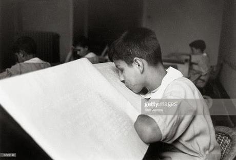 Niño italiano ciego leyendo braille con los labios. 1945. Foto Slim Aarons