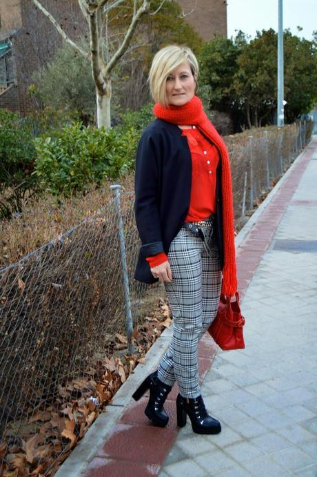 San Valentín. Woman in red.