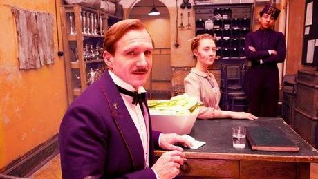 El gran hotel Budapest - Ralph Fiennes (M. Gustave), Saoirse Ronan (Agatha) y Tony Revolori (Zero)