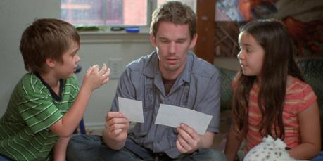 Boyhood - Ellar Coltrane (Mason), Ethan Hawke (padre) y Lorelei Linklater (Samantha)