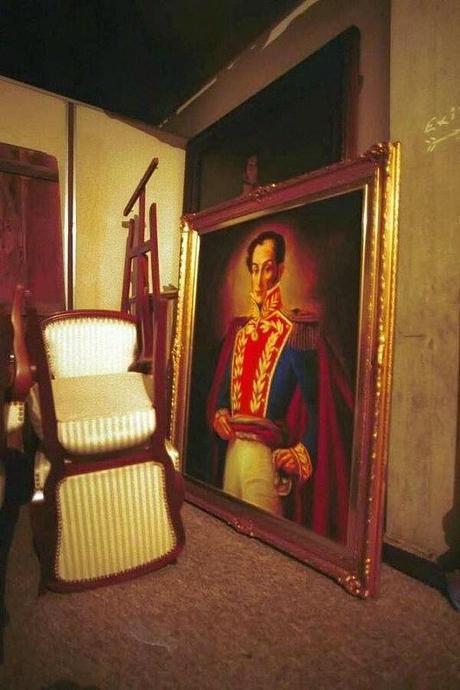 En un cuarto fuera del Salón Ayacucho del Palacio de Miraflores fue colocado el cuadro de Bolívar durante la Juramentación del dictador Pedro Carmona el 12 de abril de 2002.