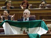 Cuando falta razón recurre bandera
