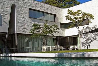 casa moderna de dos plantas lineas rectas y curvas