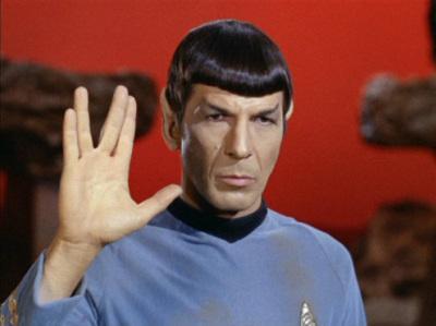 Leonard Nimoy, como Spock, haciendo el saludo vulcano.