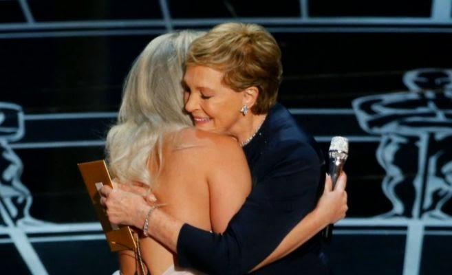 Lady Gaga abraza a Julie Andrews en los OSCARS 2015!?