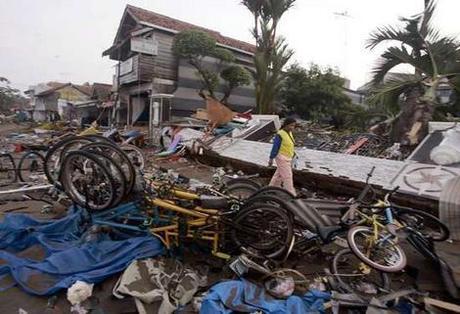 Al menos 343 muertos y 338 desaparecidos indonesia