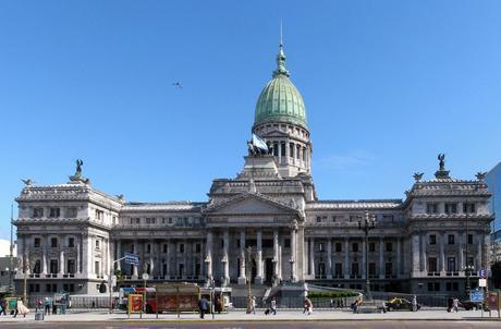 Buenos Aires, maravillosa Reina del Plata, en su riqueza, en su pobreza, es su eclecticismo.