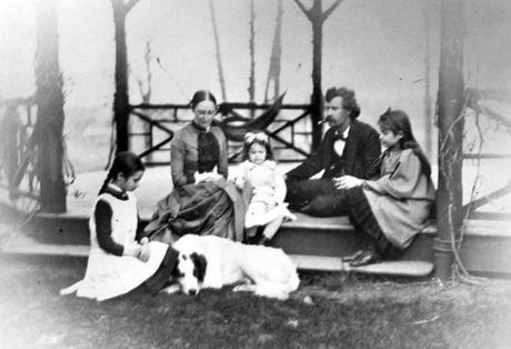 Mark Twain, junto a su esposa Olivia Langdon y sus tres hijas