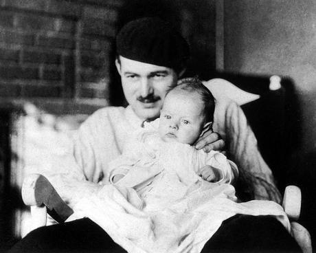 Ernest Hemingway con su hijo