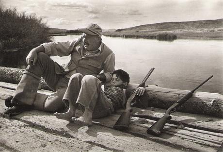 Ernest Hemingway con su hijo pequeño Gregory
