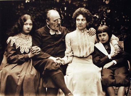 Émile Zola con su amante y sus hijos Denise y Jacques
